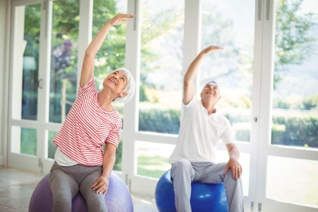 Entre los beneficios que podemos obtener del entrenamiento del equilibrio está la disminución de las caídas y con esto evitaríamos el riesgo de fracturas, lesiones o traumas que suelen complicarse aún más en los adultos mayores.