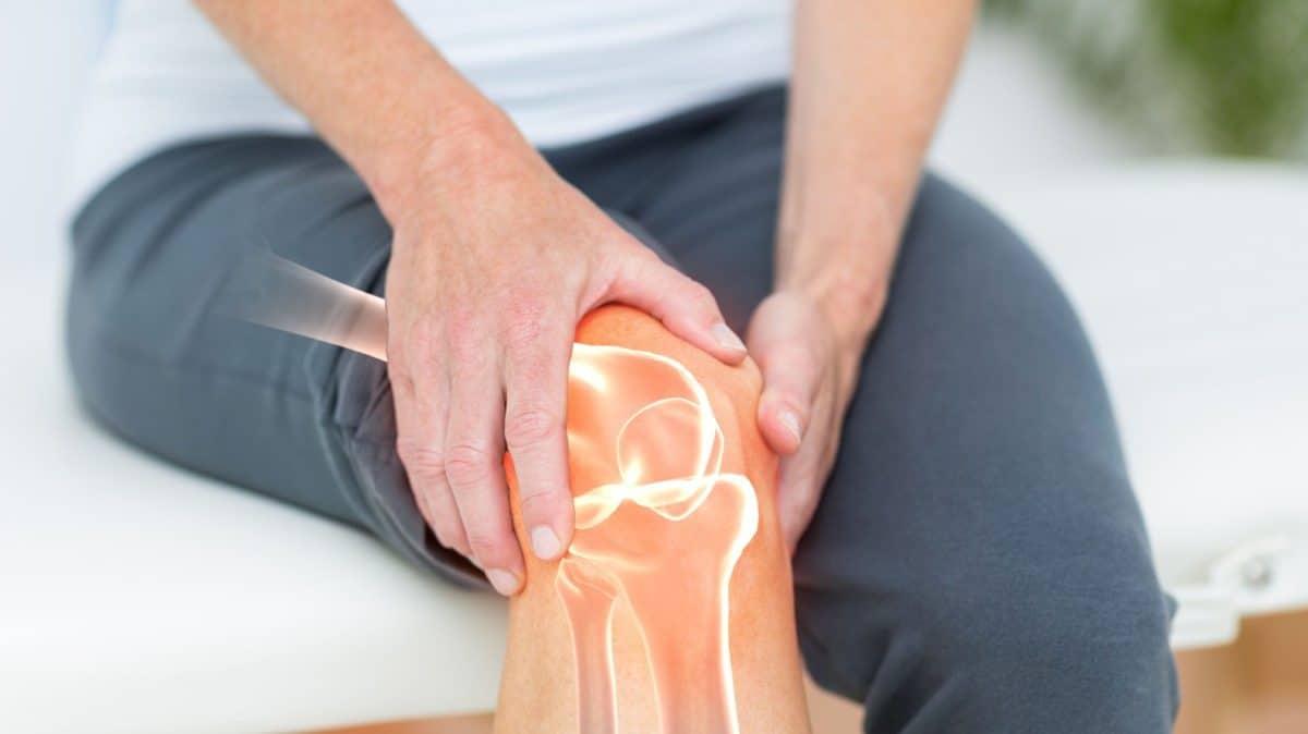 El ejercicio físico regular y la alimentación adecuada son muy importantes para garantizar la buena salud del tejido óseo en edades avanzadas.