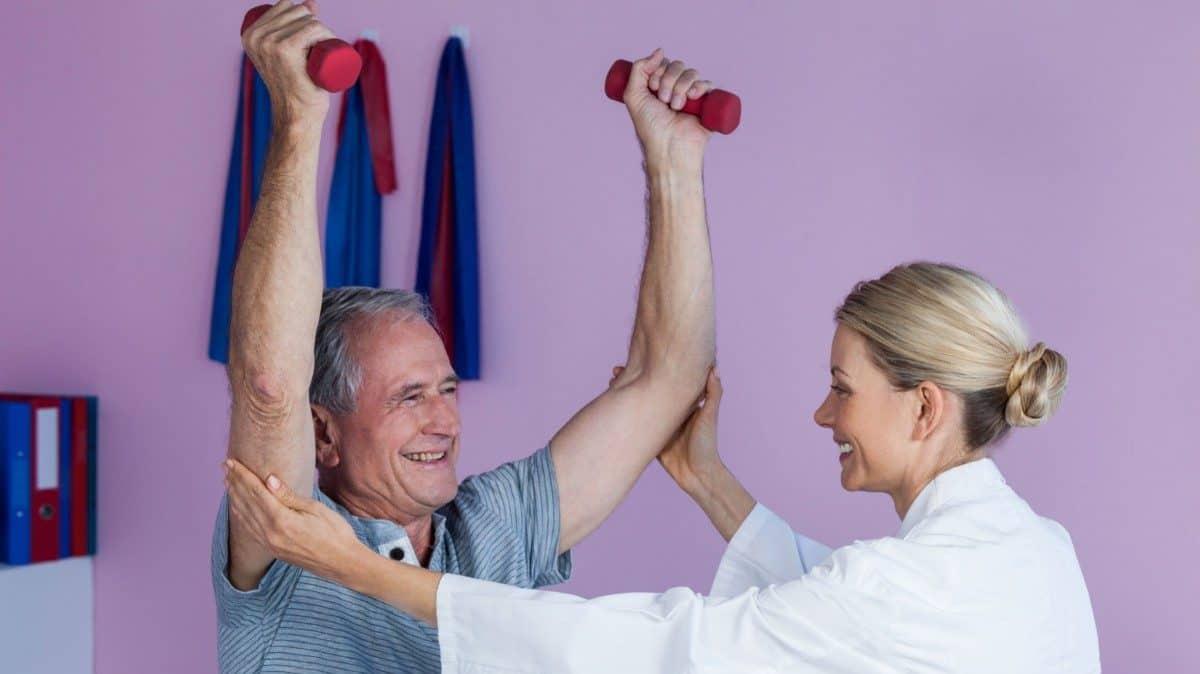Estudios realizados evidencian que la fuerza muscular antes de los 50 años disminuye de forma suave y gradual, después de esta etapa el deterioro se vuelve más agudo ya que se registra hasta un 15% de disminución por década hasta cumplir los 70 años y a partir de esta edad el descenso llega a ser del 30%.
