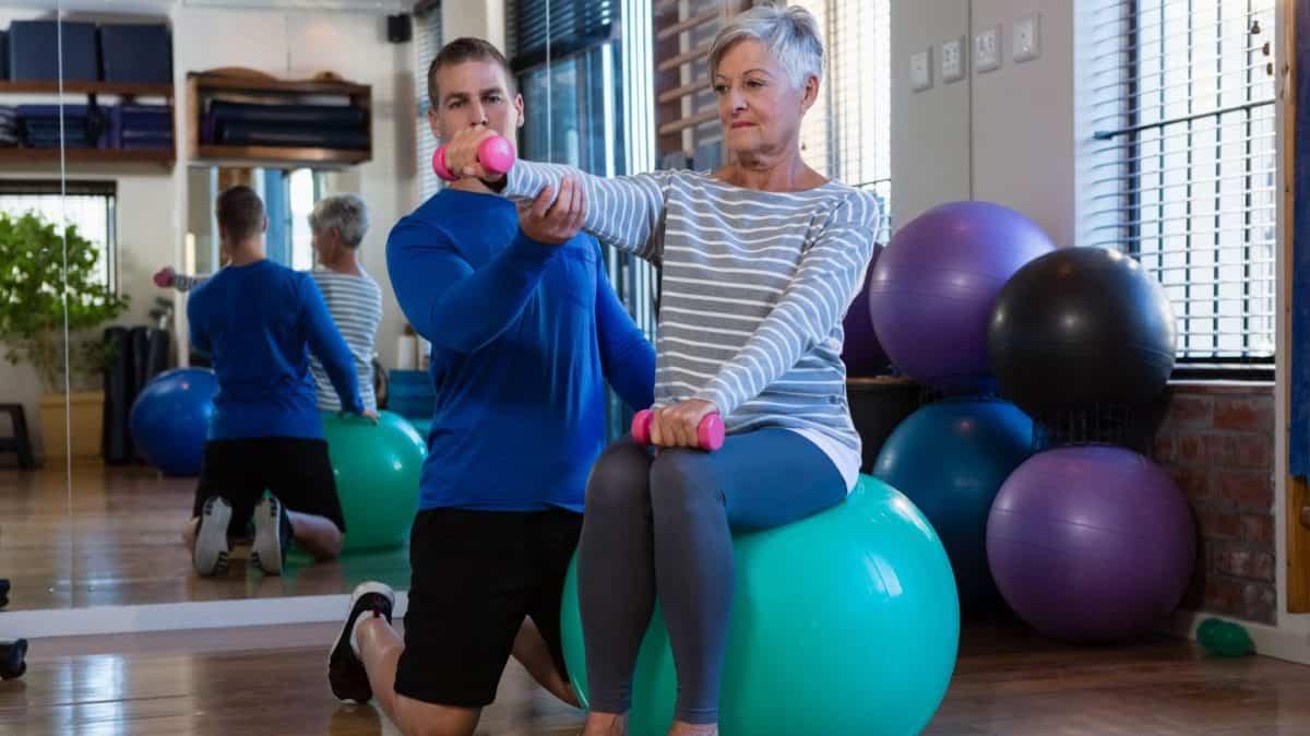 El ejercicio físico involucra la actividad muscular y tiene como objetivo mejorar la composición corporal, fuerza muscular, capacidad aeróbica, resistencia muscular y flexibilidad.